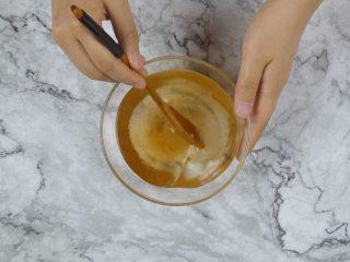 消暑仙草水果冰粥,饮用水200ml,加入香草精2ml、白砂糖15g,搅拌均匀,制成糖水