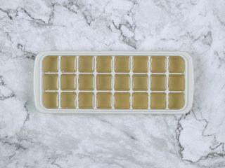 消暑仙草水果冰粥,将糖水倒入冰格,放入冰箱冷冻,冷冻好取出,倒入料理机中,捣成碎冰,装碗