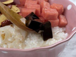 消暑仙草水果冰粥,碗中放入熟糯米、荔枝肉、西瓜块、红枣粒、仙草冻100g、葡萄干、花生米