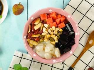 消暑仙草水果冰粥,淋上蜂蜜水50ml,即可享用