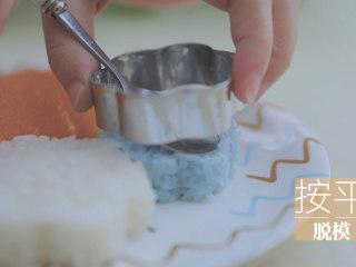 泰式料理的3+1种有爱做法「厨娘物语」,1个芒果对半切开,沿杯壁取出果肉后均匀切块。将切好的芒果摆入碟中,糯米饭装入模具按出造型,装饰薄荷。