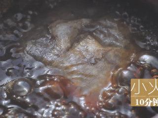 泰式料理的3+1种有爱做法「厨娘物语」,锅内倒入400ml清水,煮开后放入茶包小火煮10分钟,捞出茶包关火。