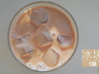 泰式料理的3+1种有爱做法「厨娘物语」,倒入杯中,加入7块冰块。