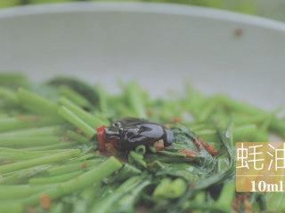 泰式料理的3+1种有爱做法「厨娘物语」,倒入10ml蚝油、5ml鱼露翻炒均匀盛出。