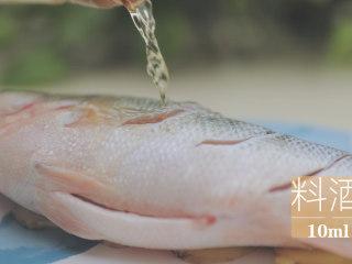 泰式料理的3+1种有爱做法「厨娘物语」,加入10ml料酒、1g白胡椒腌制15分钟。