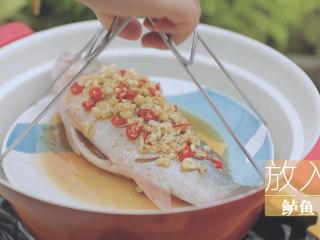 泰式料理的3+1种有爱做法「厨娘物语」,将我们调好的酱汁倒入碟中,锅内倒水开火上汽,放入鲈鱼大火蒸6分钟左右,关火焖2分钟。(减少一些蒸鱼的时候改成关火焖鱼可以让鱼肉变熟的同时变得更嫩哦)
