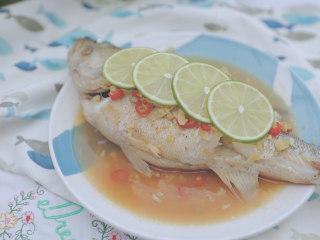 泰式料理的3+1种有爱做法「厨娘物语」,取出放上4片青柠,青柠蒸鲈鱼就完成啦,开吃吧~