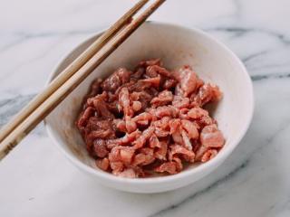 皮蛋瘦肉粥,用玉米淀粉、蚝油和植物油腌制15至20分钟。