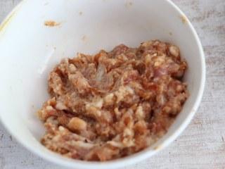 煎茄盒,肉馅中加入姜末、盐、胡椒粉、蚝油、生抽、料酒,顺着一个方向搅拌上劲,腌制10分钟。
