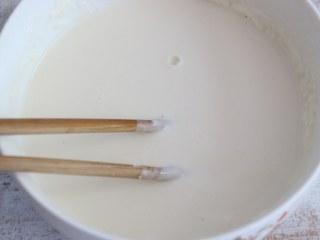 煎茄盒,面粉中加入适量水,搅拌成比较浓稠的面糊。