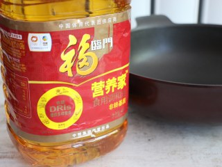煎茄盒,不沾锅中倒入适量食用油。