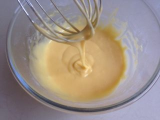 肉松小贝,拌好的蛋黄糊。