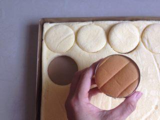 肉松小贝,烘烤结束,将蛋糕取出,晾3分钟再倒扣,撕掉油纸,放凉后用圆形模具盖出16块小蛋糕。