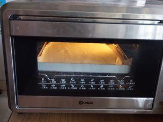 肉松小贝,放入已经预热到170度的东菱K40C烤箱里,烘烤18分钟左右