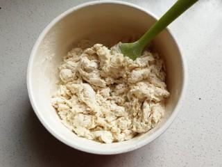 花环豆沙包,所有面团材料除黄油外放入容器中,先拌成絮状。