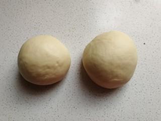 花环豆沙包,然后把揉好的面团分成两份,其中一份比另一份重约30克左右。
