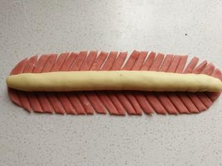 花环豆沙包,再用刮板在红色面片两侧斜着画出均匀的条状。