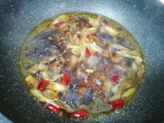 土豆烧牛肉,烧开以后小火炖四十分钟(中间搅动几次)。