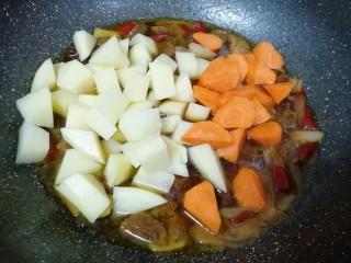 土豆烧牛肉,牛肉炖好以后下入土豆和胡萝卜翻炒均匀。
