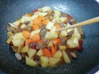 土豆烧牛肉,用筷子扎一下土豆,能轻松扎透即可。