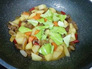 土豆烧牛肉,下入青椒翻炒一分钟。