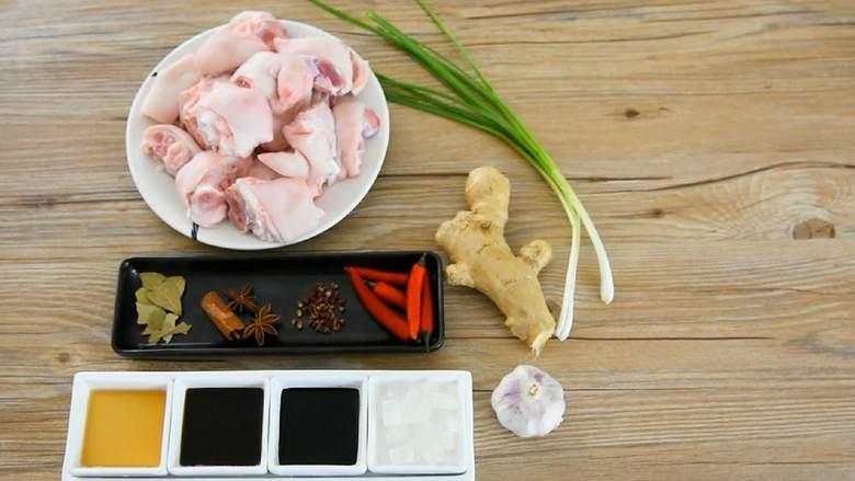 家常红烧猪蹄—在家也能做出大厨级的猪蹄, ·食材· 【主料】:猪蹄 1个 【辅料】:生抽 3勺|老抽 2勺|料酒 2勺|小米椒 少许|香料 适量|姜葱蒜 适量