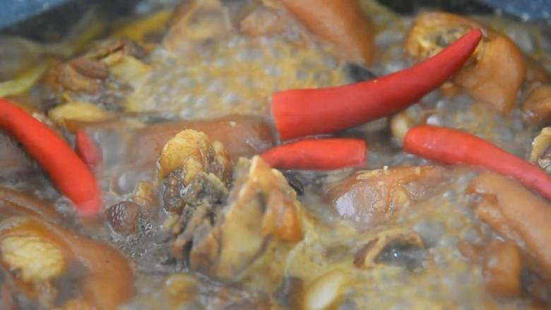 家常红烧猪蹄—在家也能做出大厨级的猪蹄,放入小米椒炒匀,小火再炖15分钟。
