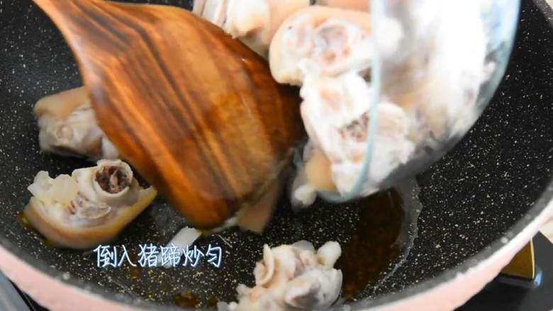家常红烧猪蹄—在家也能做出大厨级的猪蹄,倒入猪蹄炒匀。