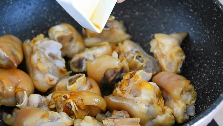 家常红烧猪蹄—在家也能做出大厨级的猪蹄,加入3勺生抽、2勺老抽,炒匀。