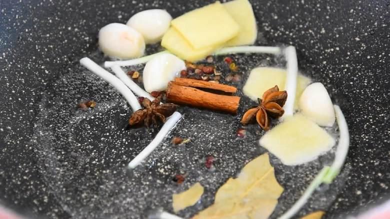家常红烧猪蹄—在家也能做出大厨级的猪蹄,热锅冷油爆香葱、姜、蒜,再加入八角、桂皮、香叶、花椒,炒香后盛出备用。