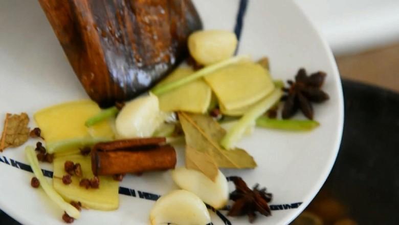 家常红烧猪蹄—在家也能做出大厨级的猪蹄,倒入足量开水和炒过的香料。