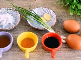 教你做好吃的银鱼蒸蛋,难度系数一般,味道好极了 !,·食材·  银鱼    30g、鸡蛋    3个、葱    15g 姜    3g、料酒   15g 香油    3g、蒸鱼豉油   10g、盐   3g