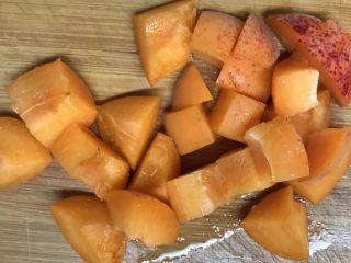 减肥轻脂食谱~酸奶蔬果沙拉,杏切成小块