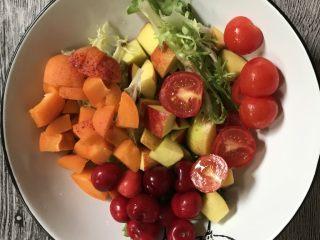减肥轻脂食谱~酸奶蔬果沙拉,所有的食材放在碗中。