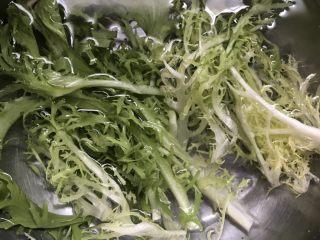减肥轻脂食谱~酸奶蔬果沙拉,苦菊清洗干净,从中间切断。