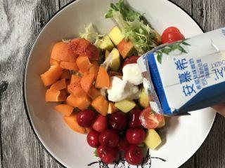 减肥轻脂食谱~酸奶蔬果沙拉,加入一盒酸奶,少量橄榄油,搅拌均匀即可食用。