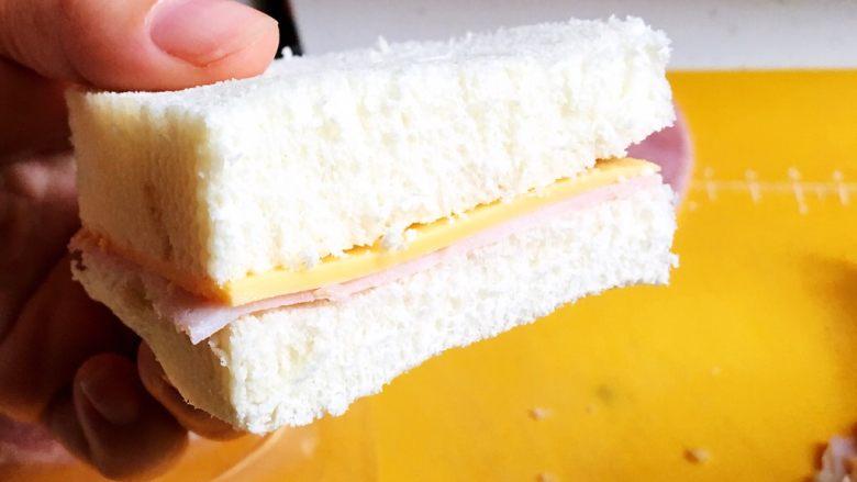 中国式芝士火腿三明治,多余的切掉😏边角余料可以填充,所以不要丢掉
