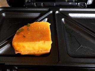 中国式芝士火腿三明治,放入三明治机