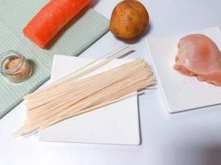 【宝宝辅食】鸡丝凉拌面,准备食材:鸡胸肉 适量、黄金大地 面条、土豆、胡萝卜、熟芝麻;
