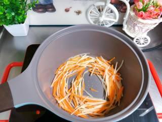 【宝宝辅食】鸡丝凉拌面,另起锅,锅内倒入核桃油,放入土豆丝和胡萝卜丝爆香;