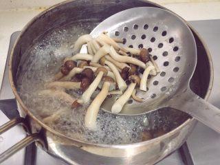 宝宝辅食12M➕ 咖喱时蔬意面,将蟹味菇焯水一分钟