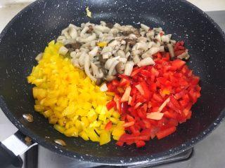 宝宝辅食12M➕ 咖喱时蔬意面,锅里再倒入少许油,将彩椒、蟹味菇倒入翻炒一分钟左右
