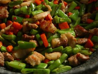 吃过一次就停不下来:橄榄菜四季豆肉丁蛋炒饭,煸炒至四季豆出小焦边,入一大勺橄榄菜,炒匀,入米饭,炒散,最后把炒好的鸡蛋放入,翻炒均匀,尝尝味道,可以选择是否加盐。