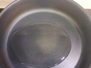 葱爆牛肉,热锅倒入油