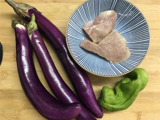 肉末茄子,准备好材料,猪肉100克,茄子3个,青椒1个。