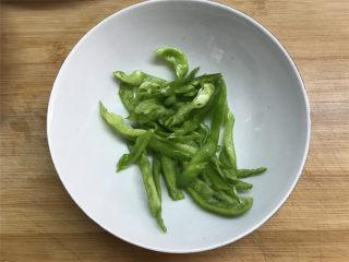 肉末茄子,青椒去掉籽后洗净,切成丝备用。