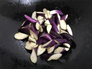 肉末茄子,锅中倒入适量油先把腌好的茄子放入煸至茄子边缘呈透明色后捞出。