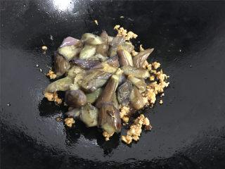 肉末茄子,然后放入煸好的茄子一起炒匀。
