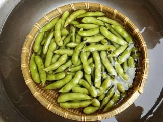 水煮毛豆,放入清水中浸泡十分钟
