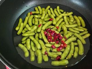 水煮毛豆,加入干辣椒